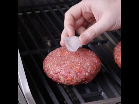 Place an ice cube in the center of the patty: the result is incredible!