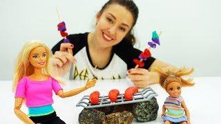 Барби с семьей приехали на пикник - Видео для девочек