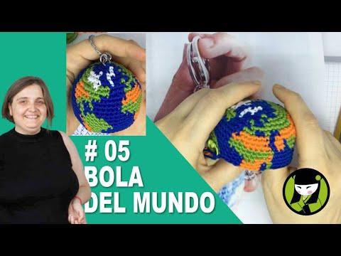 AMIGURUMI llavero con la bola del mundo tejida a crochet 05