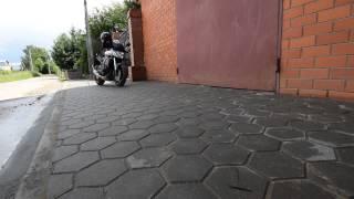 Дорожный бордюр плашмя держит тротуарную плитку .(, 2015-04-02T14:07:40.000Z)