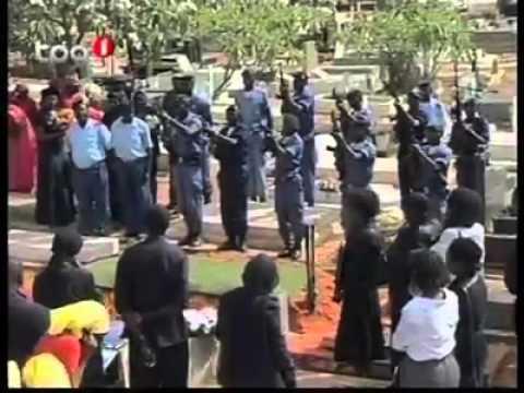 Sauve qui peut dans un cimetière à Luanda Angola