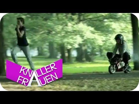 Unterwegs mit dem Mini-Roller | Knallerfrauen mit Martina Hill