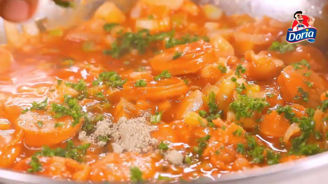Raviolis de pollo Doria fritos con salsa de tomate y chorizo