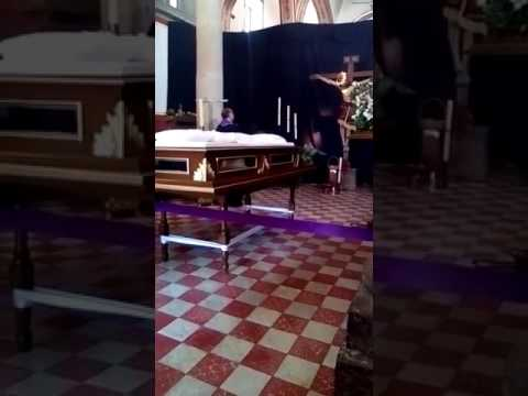 "Polémica: Cristo ""mueve"" la cabeza durante una misa"