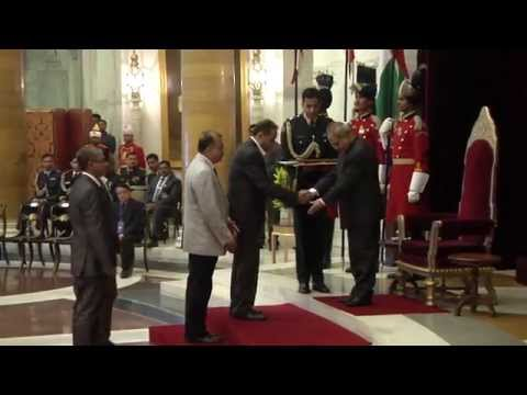 President presents Visitor's Awards for Central Universities - 04-02-15