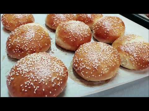 burger-briochée-maison-au-poulet-avec-sauce-et-potatoes-برجر-كيف-البريوش-بالدجاج