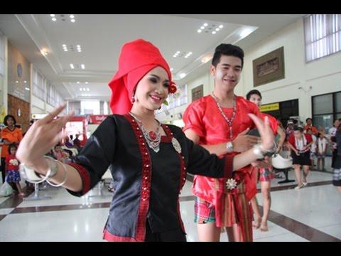 ลีลาสะเด็ดสะเด่า! เซิ้งกะลาเมืองบุรีรัมย์ ต้อนรับเที่ยวบินปฐมฤกษ์แอร์เอเชีย Air Asia