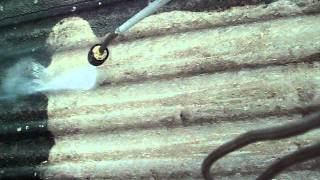 Čištění vlnité eternitové střechy na střeše