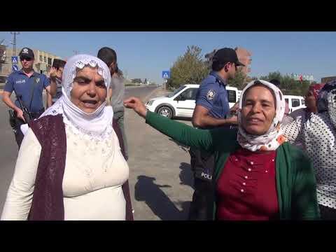 Mahalleli kadınlar sık sık kazaların yaşandığı yolu trafiğe kapattı