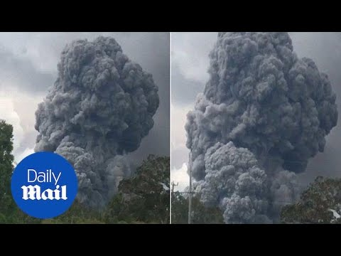 HUGE plume of smoke rises out of Kilauea's summit in Hawaii - Daily Mail