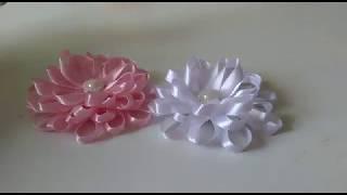 Flor na fita de cetim