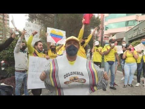 """Migrantes colombianos protestan frente a Embajada en Quito al grito de """"Resistencia"""""""