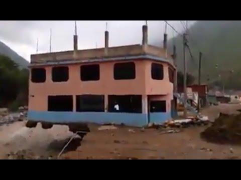 Preciso instante que edificio se derrumba por crecida del río Rímac -Lima