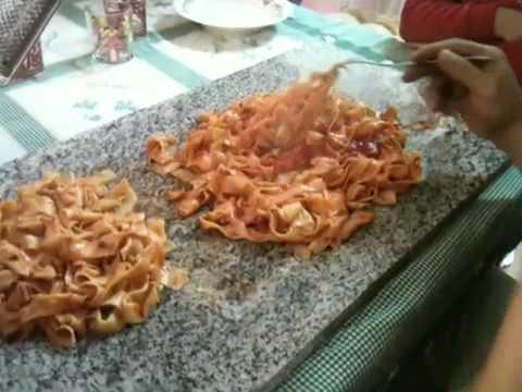 Pasta Fatta In Casa E Mangiata Su Asse Di Legno Youtube