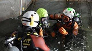 「必ず助ける」 海保潜水士が気迫の訓練 小樽(2012/05/25)北海道新聞 thumbnail