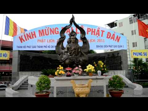 Tuong dai Bo Tat Thich Quang Duc truoc ngay Phat Dan/ Buddhist monument in Saigon