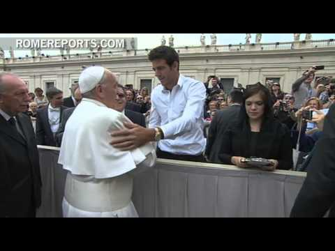 Professional Argentinian tennis player gives Pope Francis one of his racquets