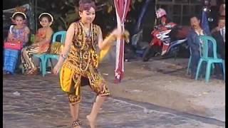 tari remong cewek dengan gaya laki-laki/dance remong male style girl