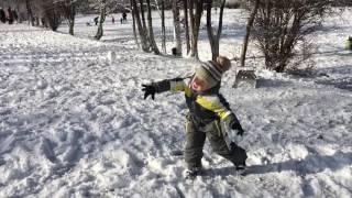 Дети играют в снежки