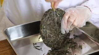 プーアル茶のほぐしかた / How to dismantle pu-erh tea cake.