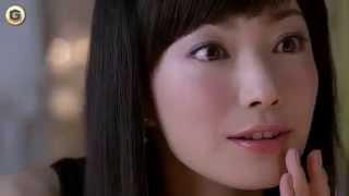 菅野美穂さんが登場する、花王ソフィーナ オーブクチュールのCMです。鏡...
