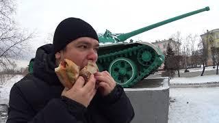 Обед бутербродами возле танка Т54