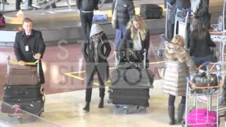 EXCLUSIVE - Amber Heard hiding arriving in Paris with blonde girlfriend Marie de Villepin