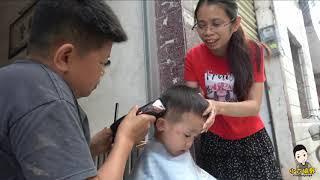 小六化身兒子的專業理髮師,第一次就剪得有模有樣,六嫂滿心歡喜The professional barber of the son of Xiaoliu's incarnation