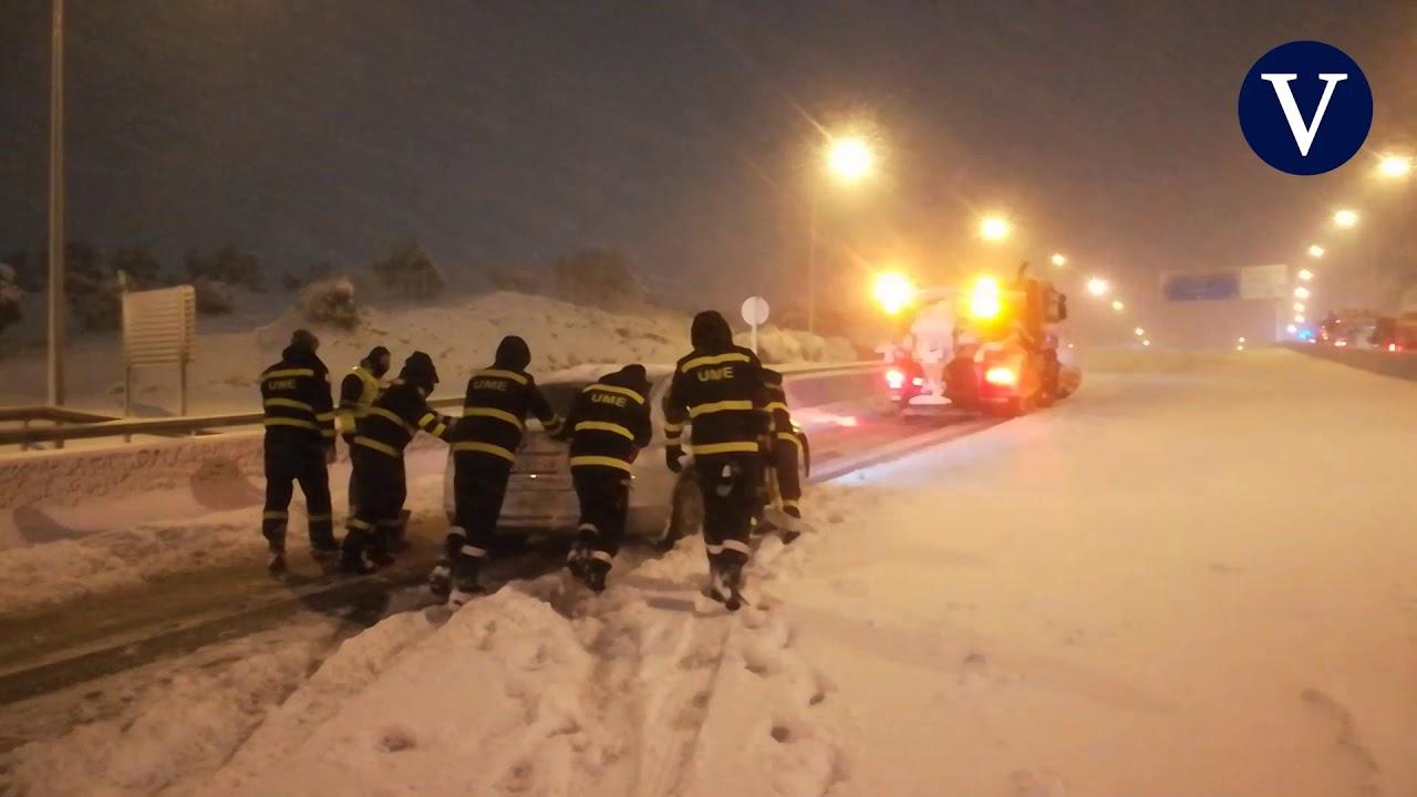 Download Cientos de conductores pasan la noche en la carretera atrapados por la nieve