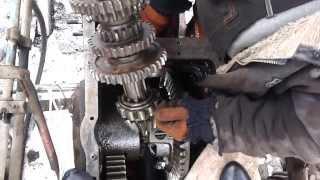 трактор юмз-6, разборка коробки юмз-6(как вытянуть вторичный вал из коробки юмз-6., 2014-02-14T05:56:42.000Z)