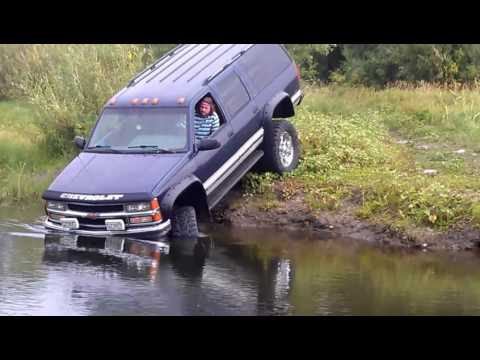Chevrolet Suburban 2500 across the river Mud 4x4 Russia
