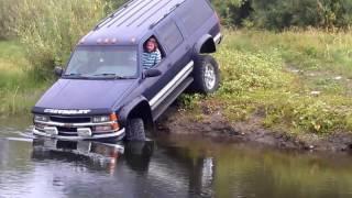 Chevrolet Suburban 2500 across the river Mud 4x4 Russia