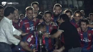 El Levante UD recibe la Copa de Campeón de 2ª División de mano de los héroes del ascenso de la 03-04