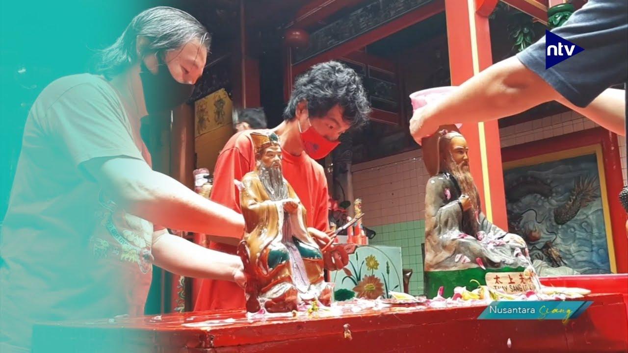 Cuci Patung Dewa dan Klenteng Jelang Imlek