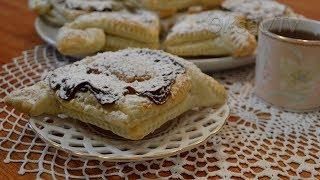 Слоеные ватрушки с ирисками. Puff croissants with toffee.