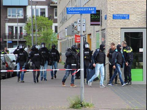 ArrestatieTeam (AT) valt winkel binnen voor vuurwapen gevaarlijke man