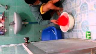 Rửa đít cho cu Khoai