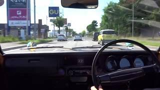 右から軽自動車が入ってきます。ウインカーはつけてますが、注意して走...
