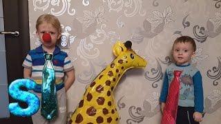 Много скитлс из жирафа. Доим жирафа. Ведро скитлс. a lot of candy, sweets(Никита и Максим сегодня доят жирафа. Интересно, в нем много скитлс? Много скитлс. Много скиттлс. Ведро скитл..., 2016-04-03T18:56:21.000Z)