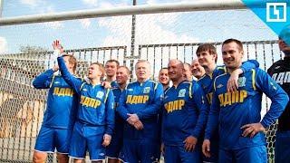 Жириновский играет в футбол на участке