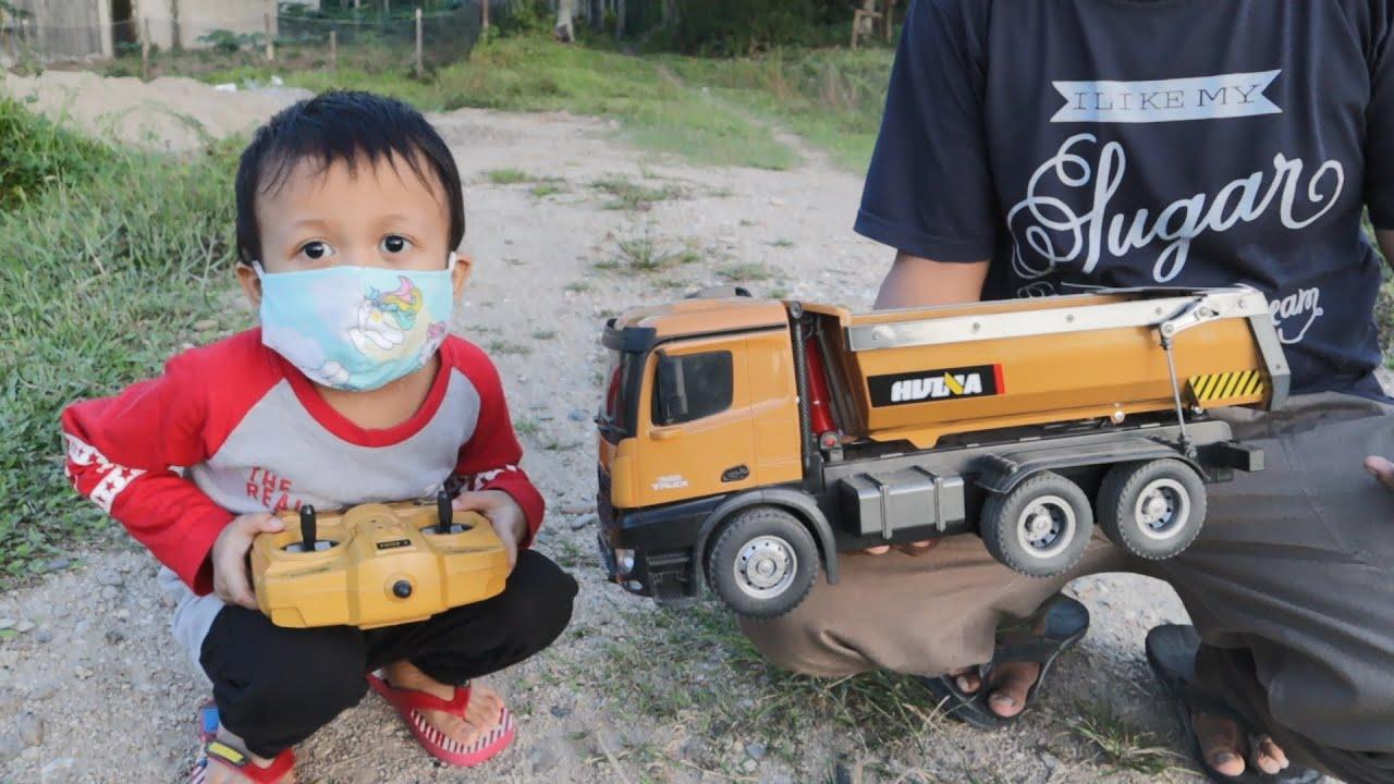 Main Sepeda dan Main Mobil Truk Muat Pasir dan Batu - Unboxing Dump Truck Huina 1573