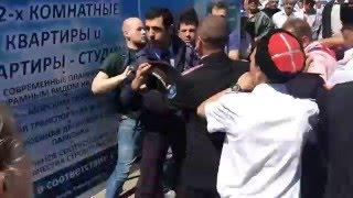 Навальный получил от казаков в Анапе за украинскую Кубань Драка Навального с казаками Начало