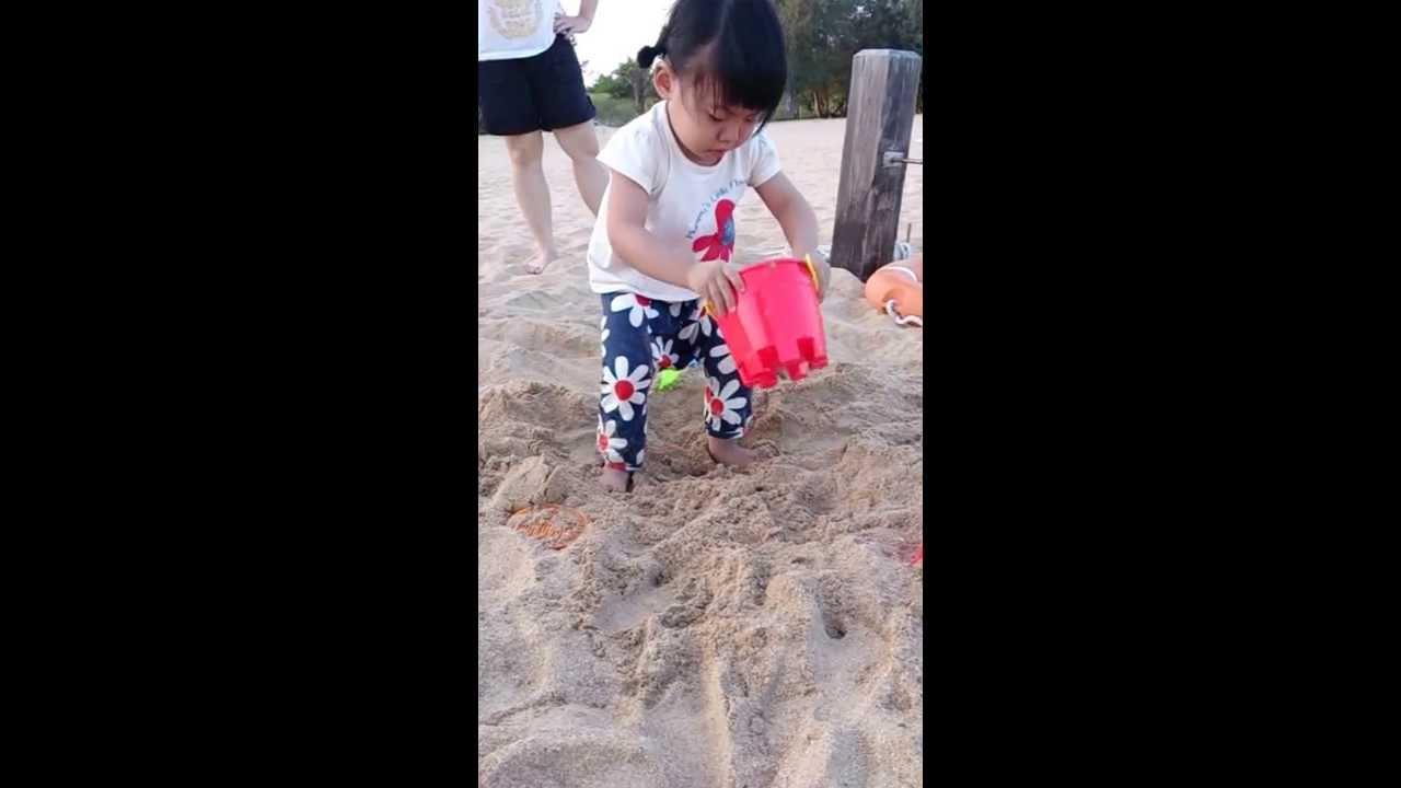 玩沙子偷尿尿