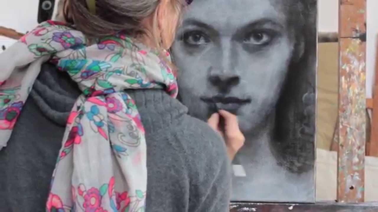 Réalisation Dun Portrait Au Fusain Et à Lacrylique Par Isabelle