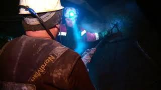 Спасатели ведут поиски горняков на руднике «Мир» в опасных условиях