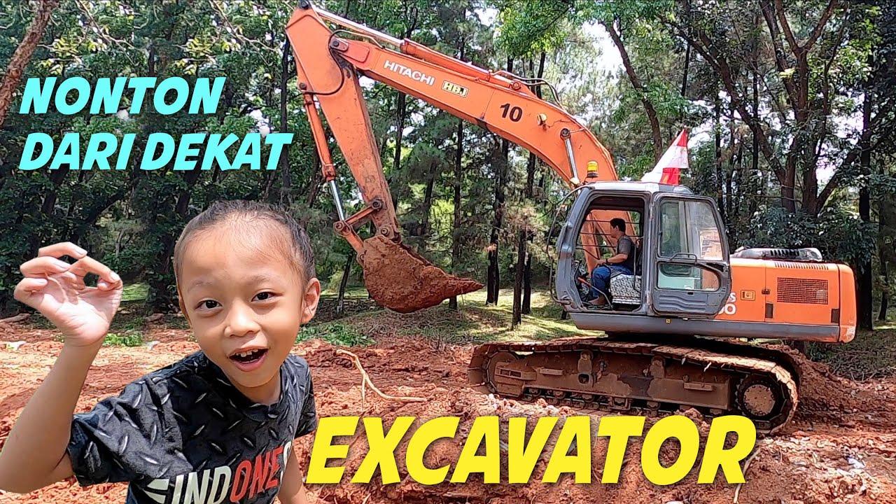 Rex Nonton Excavator lagi Bekerja dari Dekat
