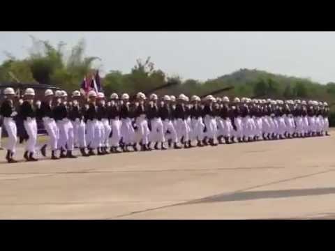 ► Parade militaire synchronisée avec effet domino !