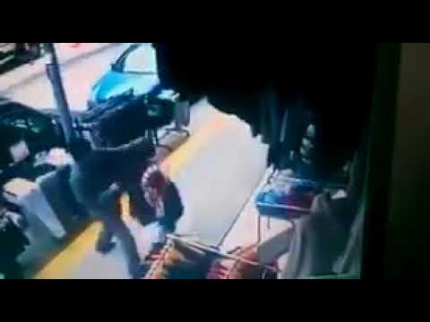 Hırsızlık Yaparken Yakalanan Teyze Ve Yoldan Geçen Adama Vurması