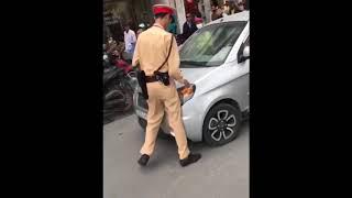 Hà Nội: CSGT bị nữ tài xế nhấn ga tông thẳng ép vào lề đường