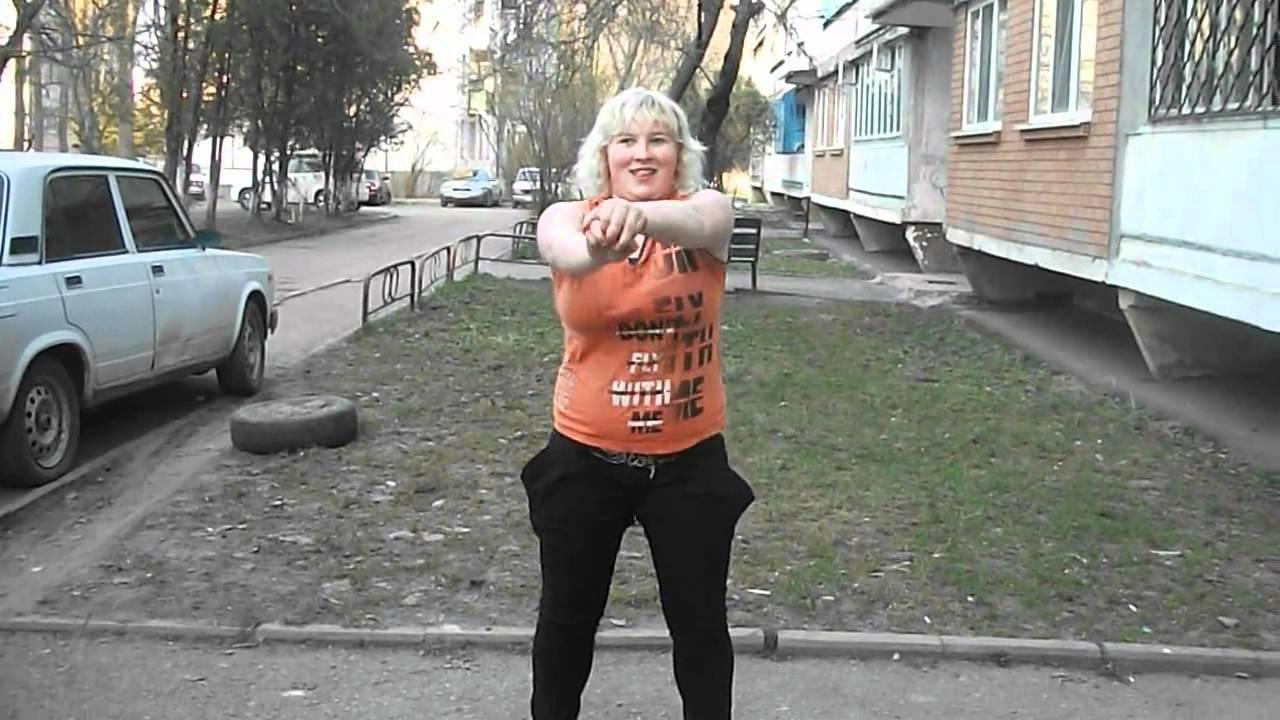 Пожилая толстушка на прогулке фото 802-711